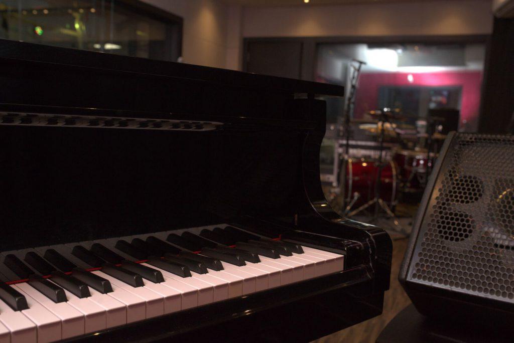 Remixar e inovar por novas trilhas empreendedoras da cena musical