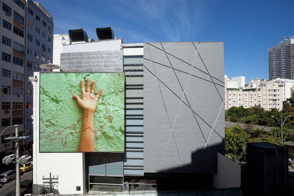 Adriana Varejão ocupa o Grande Campo com obra sobre povos indígenas