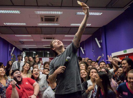 Maior youtuber do Brasil visita o NAVE Rio e dá dicas sobre produção de vídeos