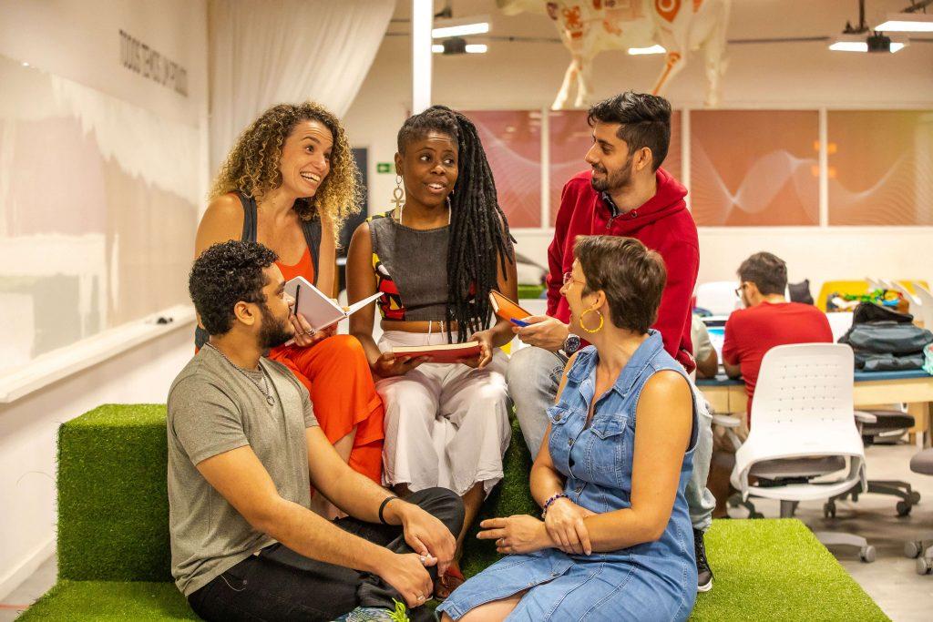 Oi Futuro lança e-Labora, livro digital que reúne histórias de empreendedores de impacto social
